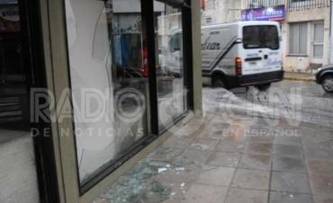 Rompieron dos veces la vidriera para robar