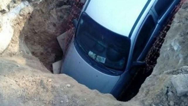 Rosario: Salió de urgencia con el auto y cayó en un enorme pozo