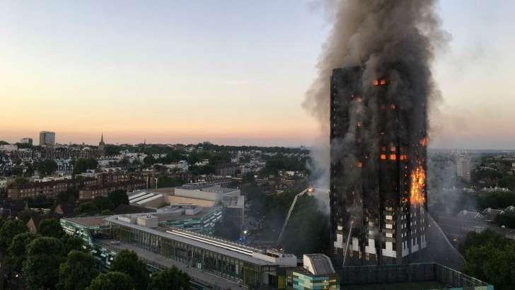 Al menos seis muertos y 50 heridos en un incendio en un edificio residencial en Londres