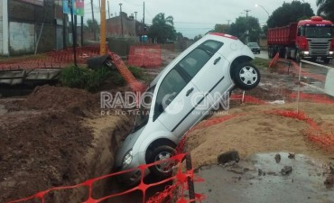 Un auto cayó en un pozo de una obra de desagüe en avenida French