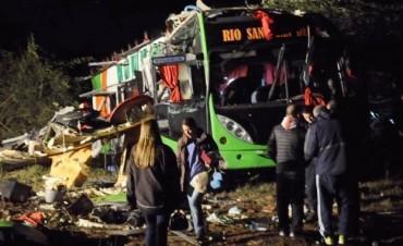 Dos muertos y 60 heridos por el vuelco de un micro en Catamarca