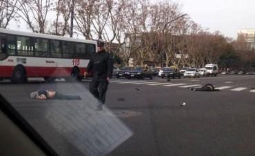 Dos motochorros murieron tras robarle la mochila a un automovilista y ser atropellados