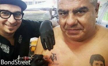 """""""Chiqui"""" Tapia se tatuó el escudo de la AFA en el pecho"""