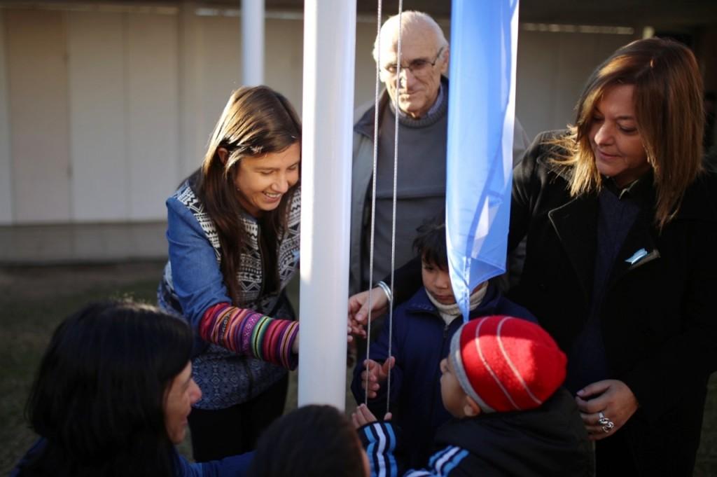 Niñas y niños de los jardines municipales homenajearon a la Bandera