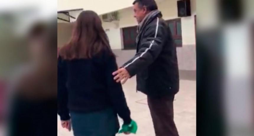 Un cura le prohibió usar el pañuelo verde a una alumna