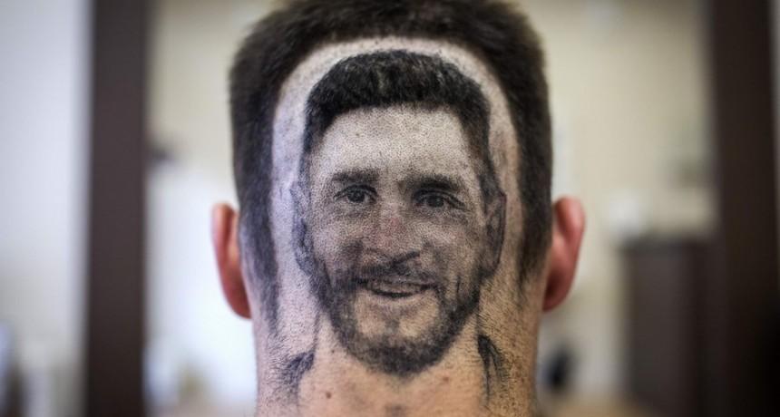 Un peluquero diseña el rostro de Messi en la cabeza de sus clientes