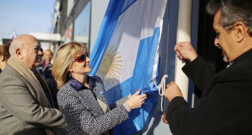 Vestida de celeste y blanco, Facundo Zuviría conmemora el Día de la Bandera