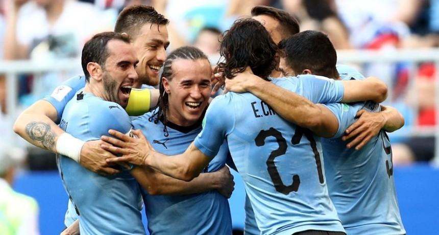 Uruguay goleó a Rusia y avanza