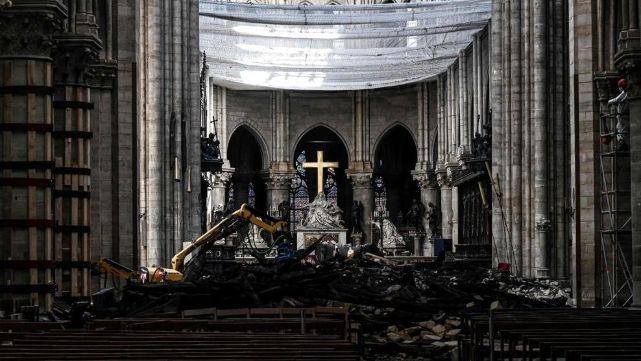 Con cascos, realizan la primera misa tras el incendio enNotre Dame
