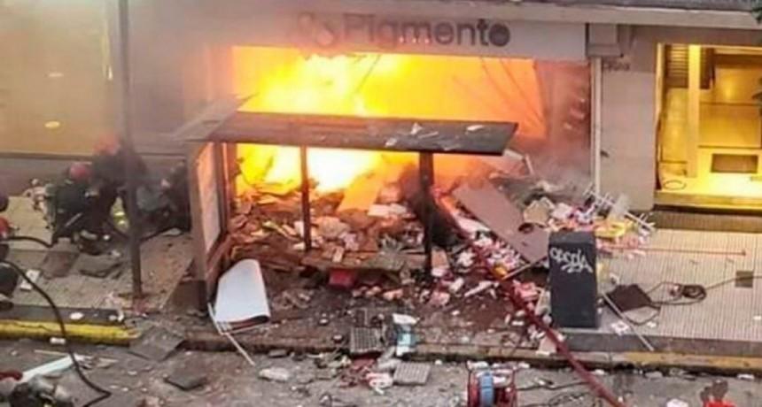 Dos bomberos muertos por las explosiones e incendio en una perfumería