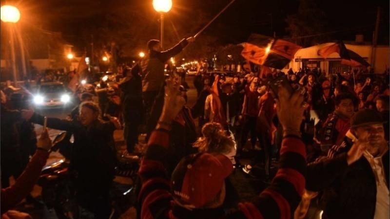 Hinchas de Colón salieron a festejar y los dispersó la Policía a la fuerza