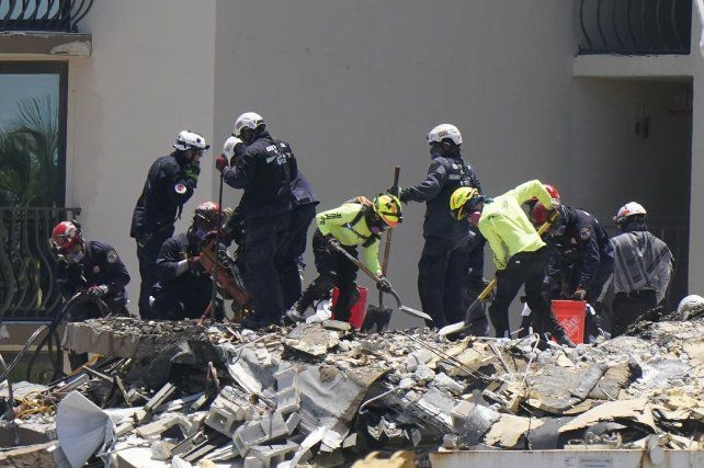 Derrumbe en Miami: creen que la pileta causó el desastre