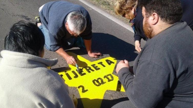 Pintaron 13 estrellas amarillas en el lugar de la tragedia de Monticas