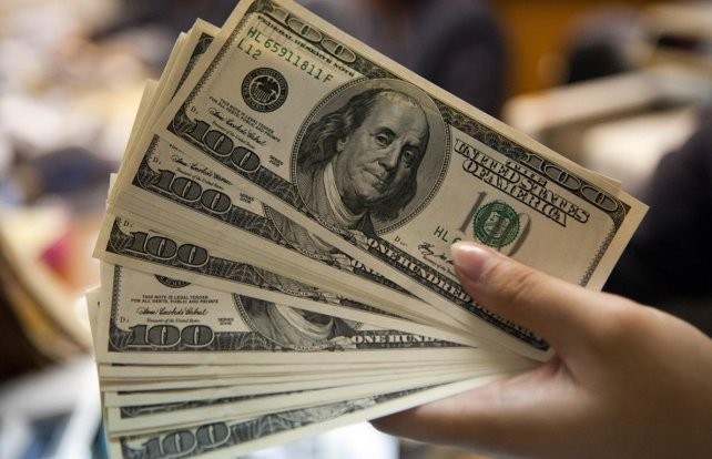 El dólar pegó otro salto y se acerca a los 18 pesos