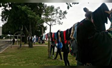 Estudiantes instalaron un perchero solidario en la Costanera