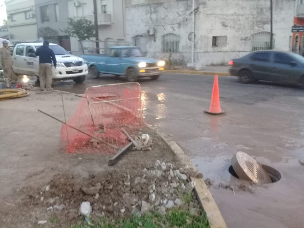 Multan a una empresa por arrojar agua servida y materiales en la vía pública