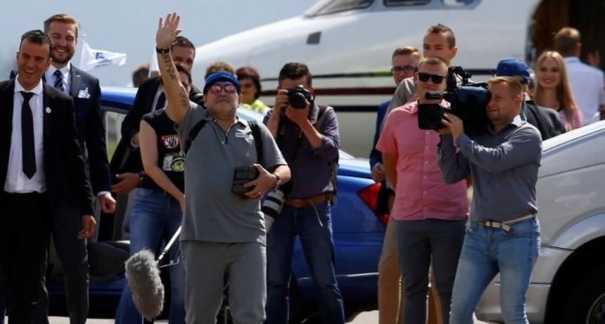 Maradona ya está en Bielorrusia para asumir como presidente del Dinamo Brest