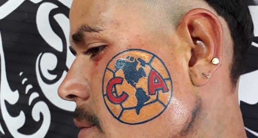 Un hincha del América de México se tatuó el escudo en la cara