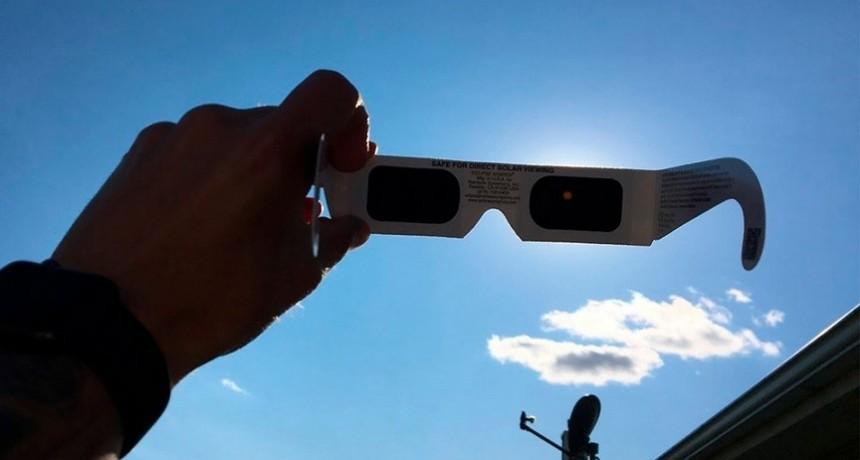 Cómo disfrutar el eclipse sin dañar la salud visual