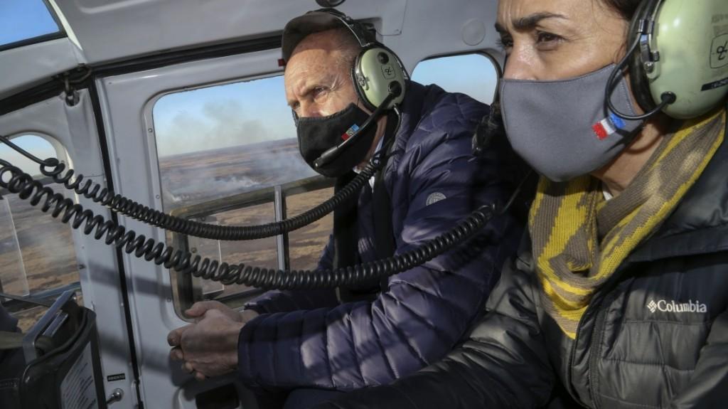 Perotti sobrevoló las zonas donde se registran los incendios en las islas
