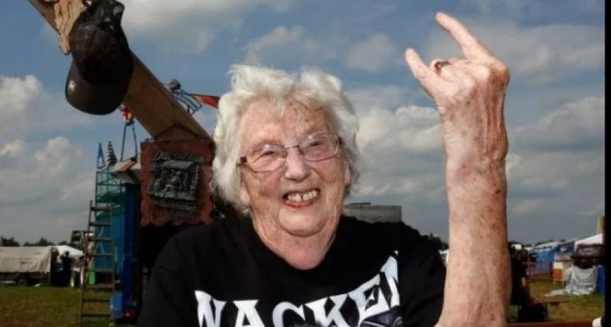 Abuelos se escaparon de un geriátrico para ver un show de metal
