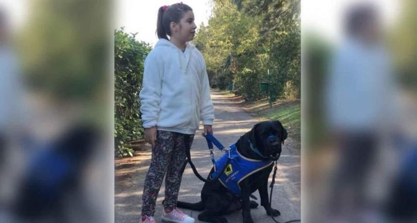Echaron de un restaurante a una nena de 8 años por entrar con su perro de asistencia