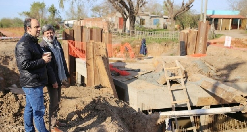 Corral supervisó el avance de la obra del desagüe Espora