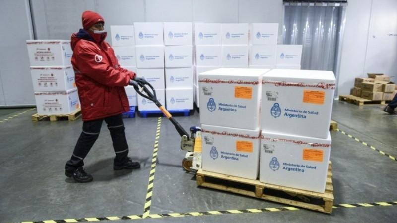 Comienzan a repartir 680 mil dosis de AstraZeneca producidas en el país