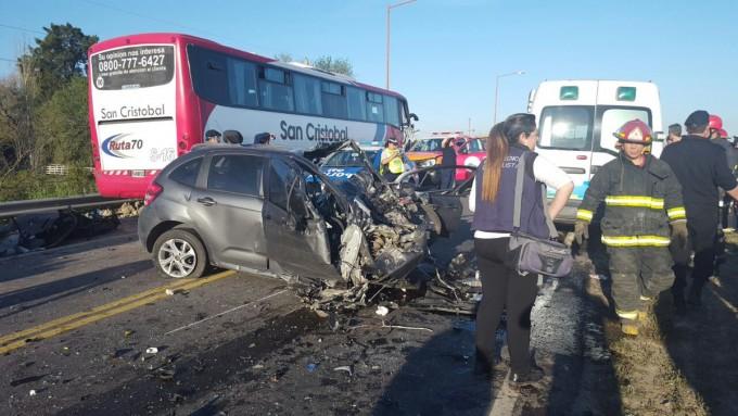 Impresionante choque de un colectivo con pasajeros y un automóvil