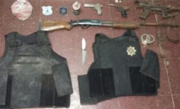 Apresaron a dos hermanos disfrazados de policías con armas y balas de guerra