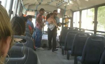 Conmovedor: Chofer cargó a una persona discapacitada para subirla al colectivo