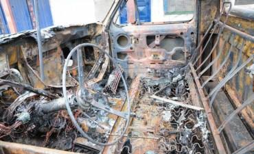 Incendiaron una camioneta en Santa Rosa de Lima