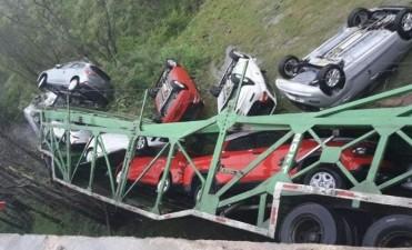 Impactante: camión cayó de un puente en la autopista a Santa Fe