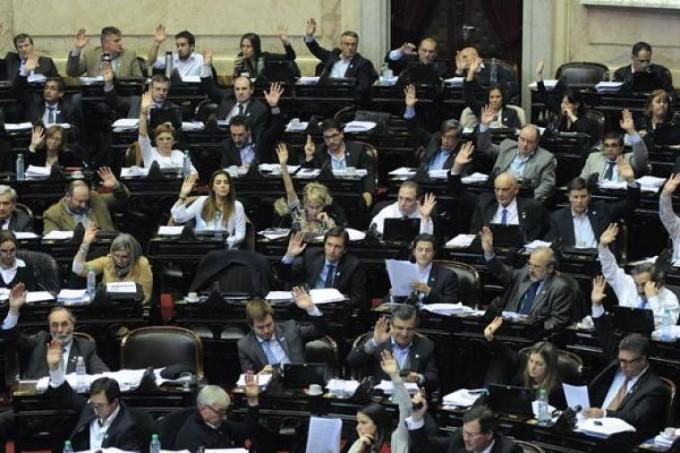 El sueldo de diputados y senadores aumentó casi un 50%