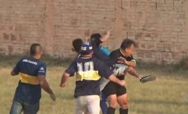 Video: Brutal agresión de hinchas a un árbitro y a los policías