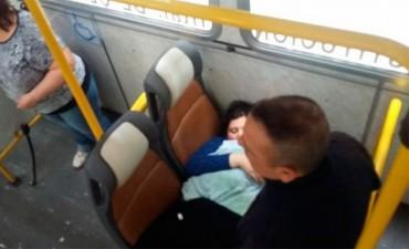 Una mujer dio a luz a bordo de un colectivo con la ayuda de otros pasajeros