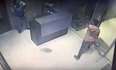 Chaco: Entró a un edificio, se cayó un vidrio del techo y se salvó de milagro