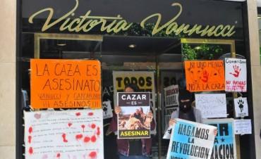 Proteccionistas y vecinos realizaron un escrache frente al local de Victoria Vanucci