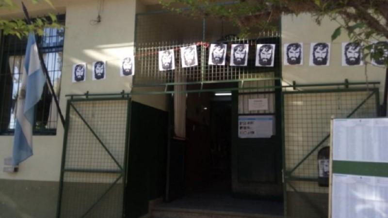 Empapelaron la escuela en nombre de Santiago Maldonado