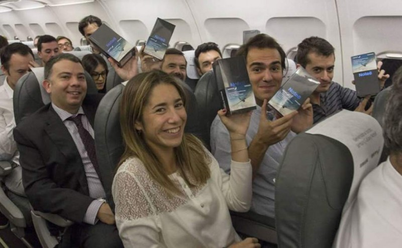 Regalaron celulares en un vuelo