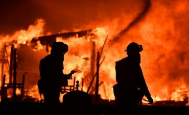 Diez muertos y miles de evacuados por incendios en California