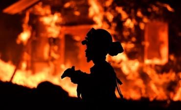 Se reavivaron los incendios en California: 21 muertos y 600 desaparecidos