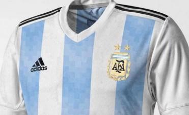 Se filtraron más imágenes de la posible camiseta de Argentina para el Mundial