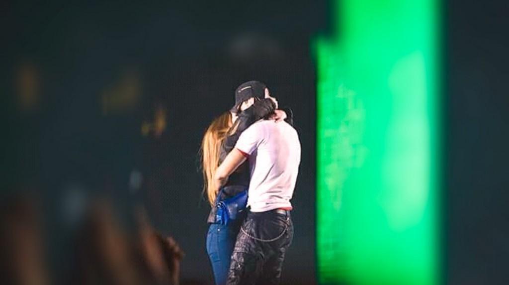 Enrique Iglesias y una fanática, a los besos y abrazos en Ucrania