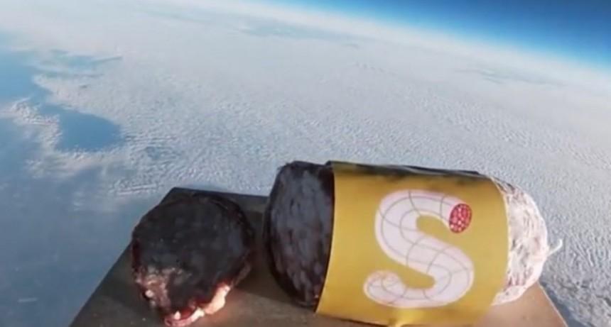 Lanzaron un salame al espacio