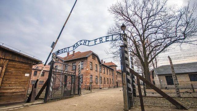 Se sacan selfie haciendo saludo nazi en Auschwitz y la suben a Instagram