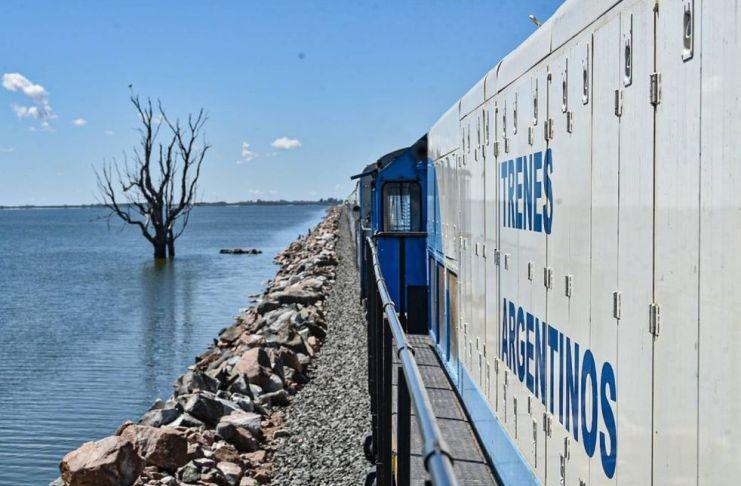 El tren de pasajeros volvió a cruzar La Picasa luego de cuatro años