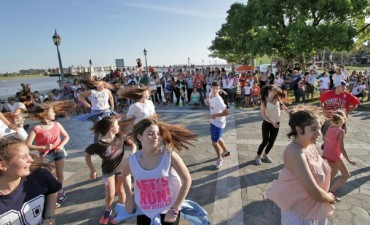 Los jóvenes de la Ciudad realizaron un flashmob para concientizar sobre los buenos tratos