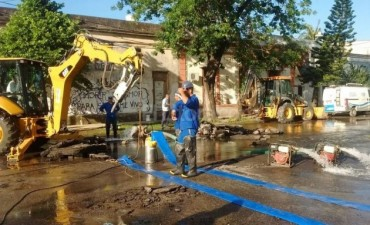 Repararon la cañería y comienza a normalizarse el servicio de agua