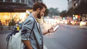 Hawai multará a quienes crucen la calle viendo el celular